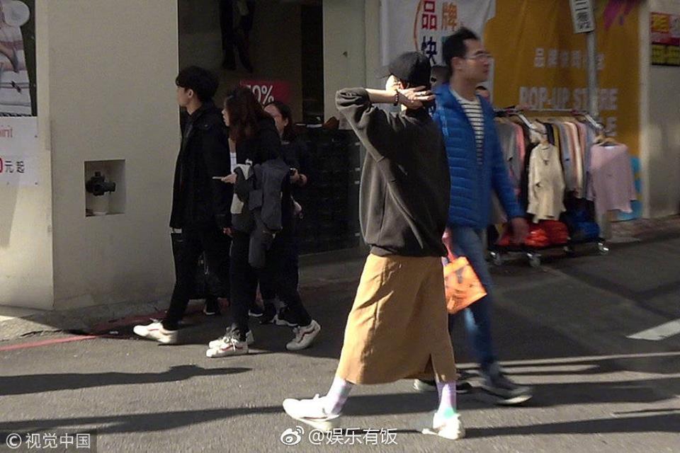 Đi mua sắm đón Tết, Lưu Thi Thi nhận được lời khen với vóc dáng thon gọn, thanh thoát dù đang bầu bí - Ảnh 1.