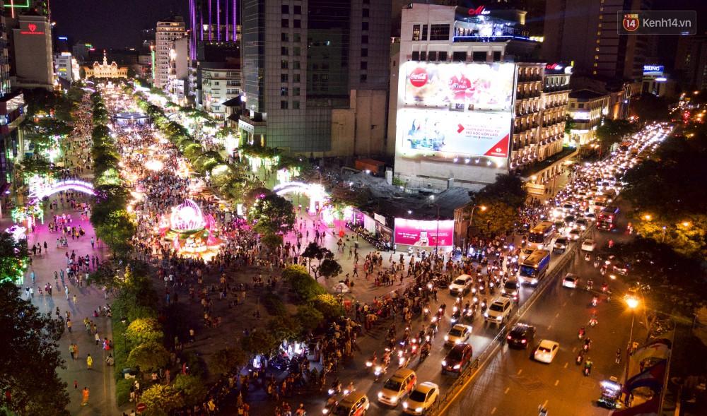 Đường hoa Nguyễn Huệ rực rỡ trong đêm khai mạc, hàng ngàn người chen nhau vào du xuân - Ảnh 19.
