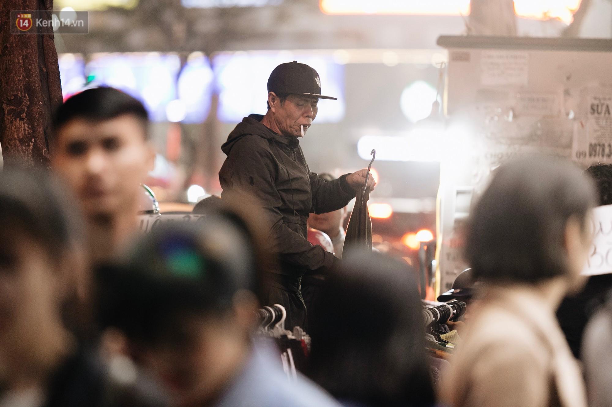Vỉa hè Hà Nội trở thành chợ thời trang, trẻ em ngồi thùng xếp phụ bố mẹ bán hàng ngày cận Tết - Ảnh 5.