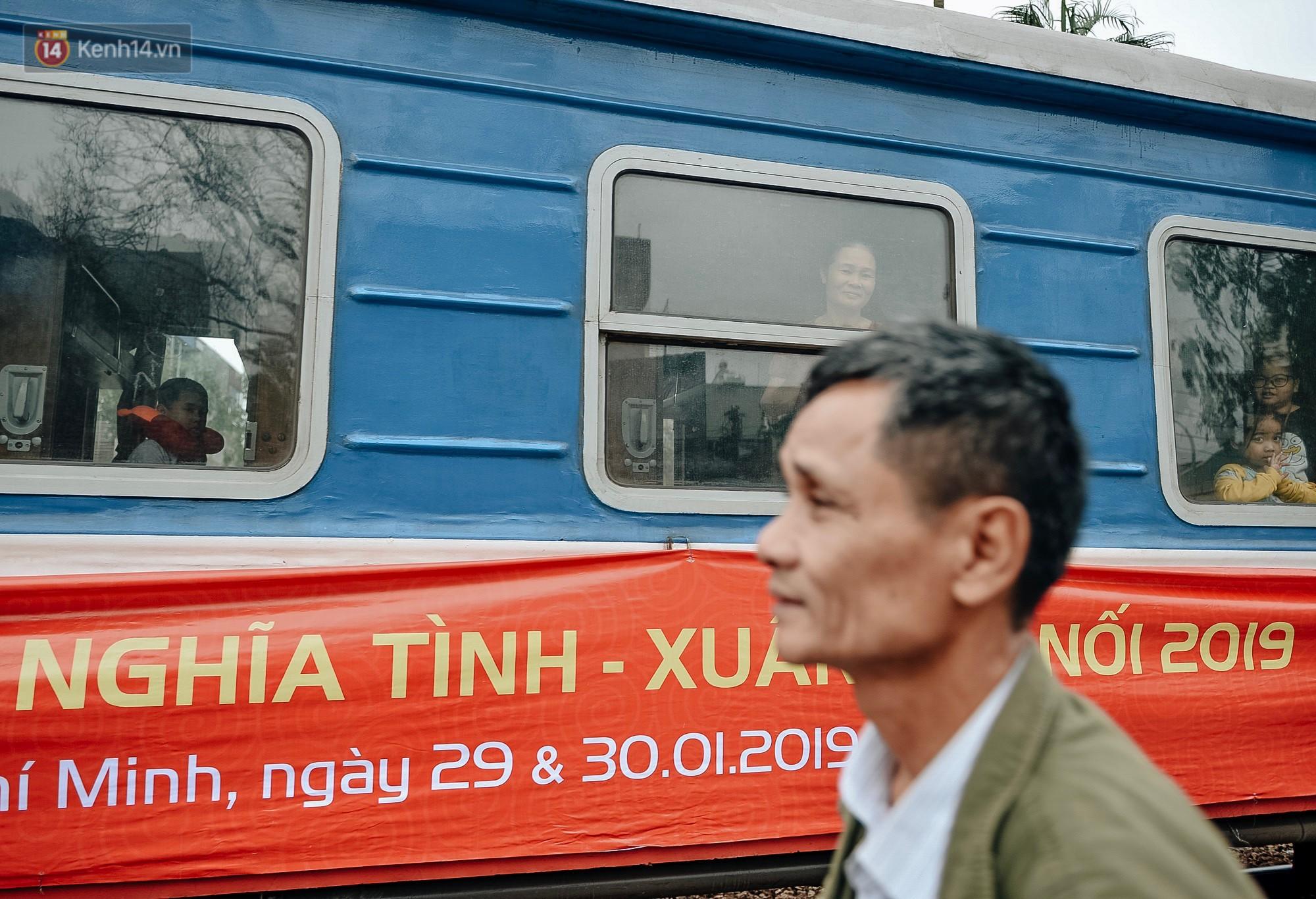 Chuyến tàu mùa xuân chở công nhân nghèo dọc đường đất nước về đến ga Hà Nội và những khoảnh khắc đoàn tụ đầy xúc động - Ảnh 1.