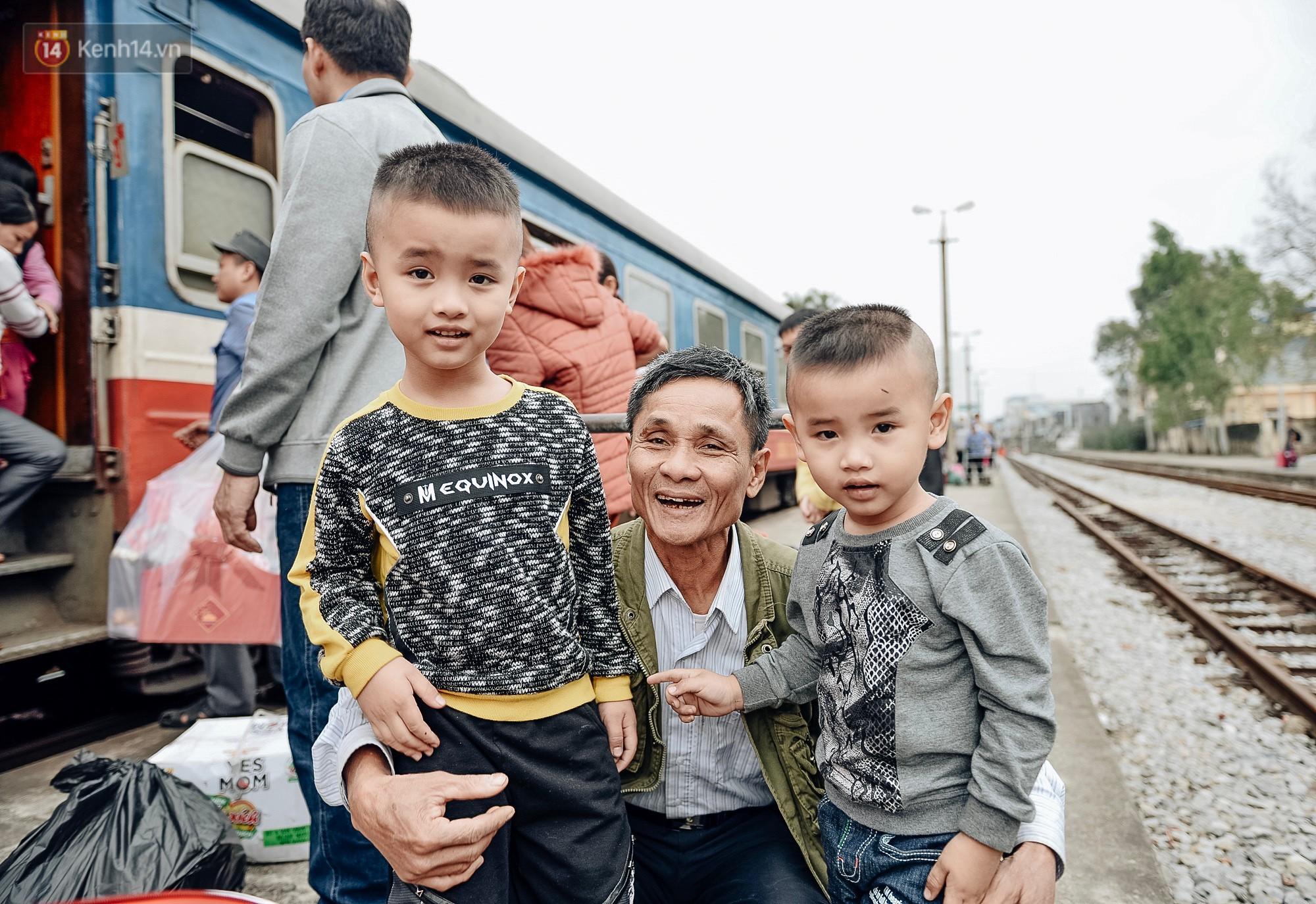 Chuyến tàu mùa xuân chở công nhân nghèo dọc đường đất nước về đến ga Hà Nội và những khoảnh khắc đoàn tụ đầy xúc động - Ảnh 6.