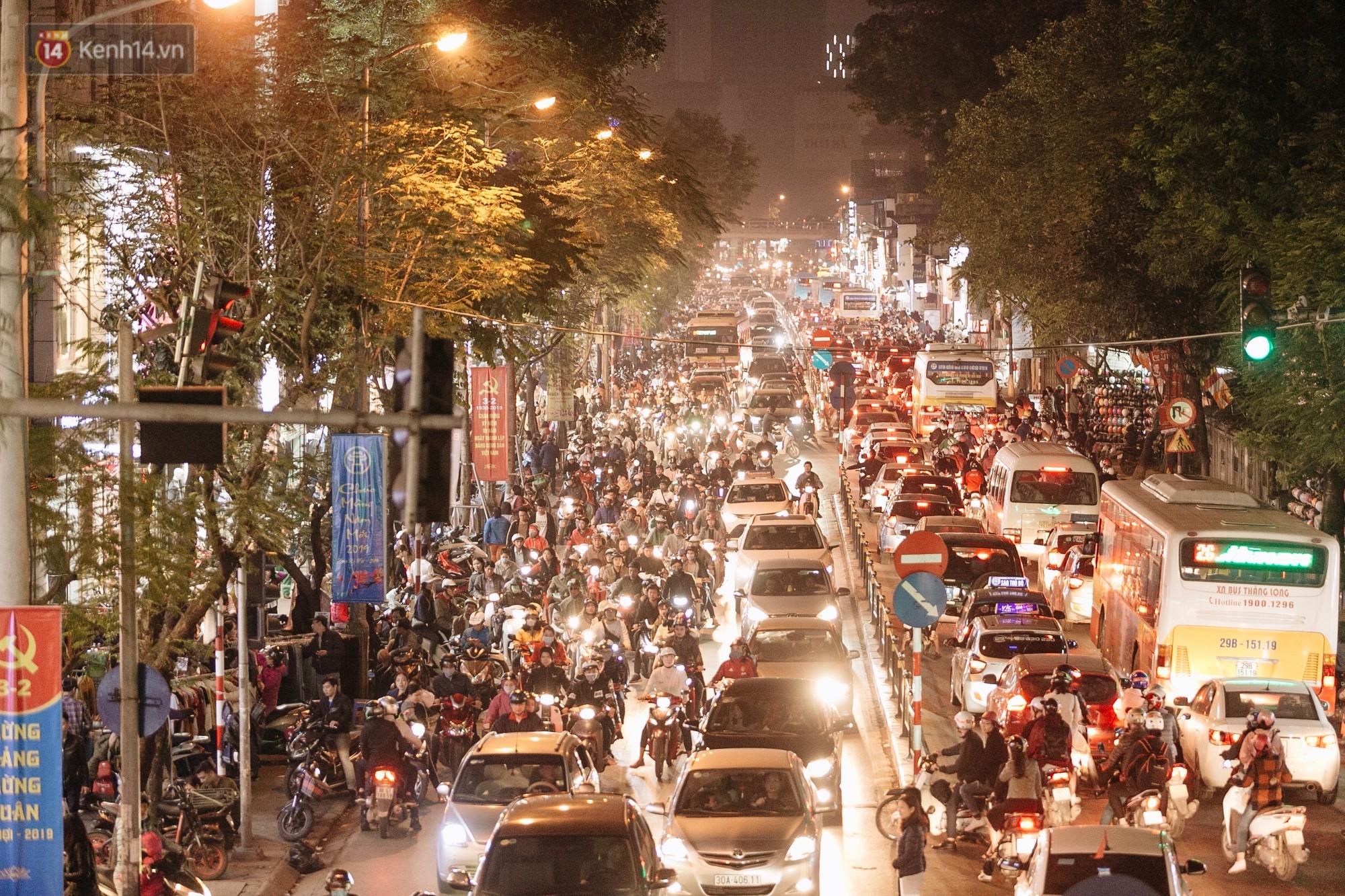 Vỉa hè Hà Nội trở thành chợ thời trang, trẻ em ngồi thùng xếp phụ bố mẹ bán hàng ngày cận Tết - Ảnh 1.