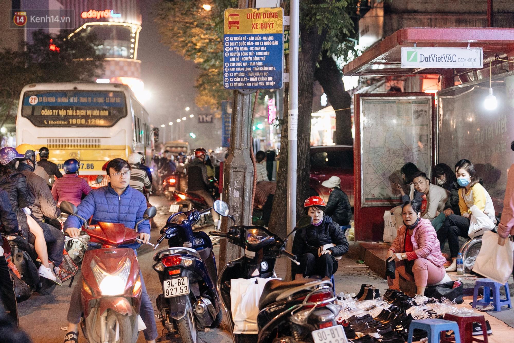Vỉa hè Hà Nội trở thành chợ thời trang, trẻ em ngồi thùng xếp phụ bố mẹ bán hàng ngày cận Tết - Ảnh 13.