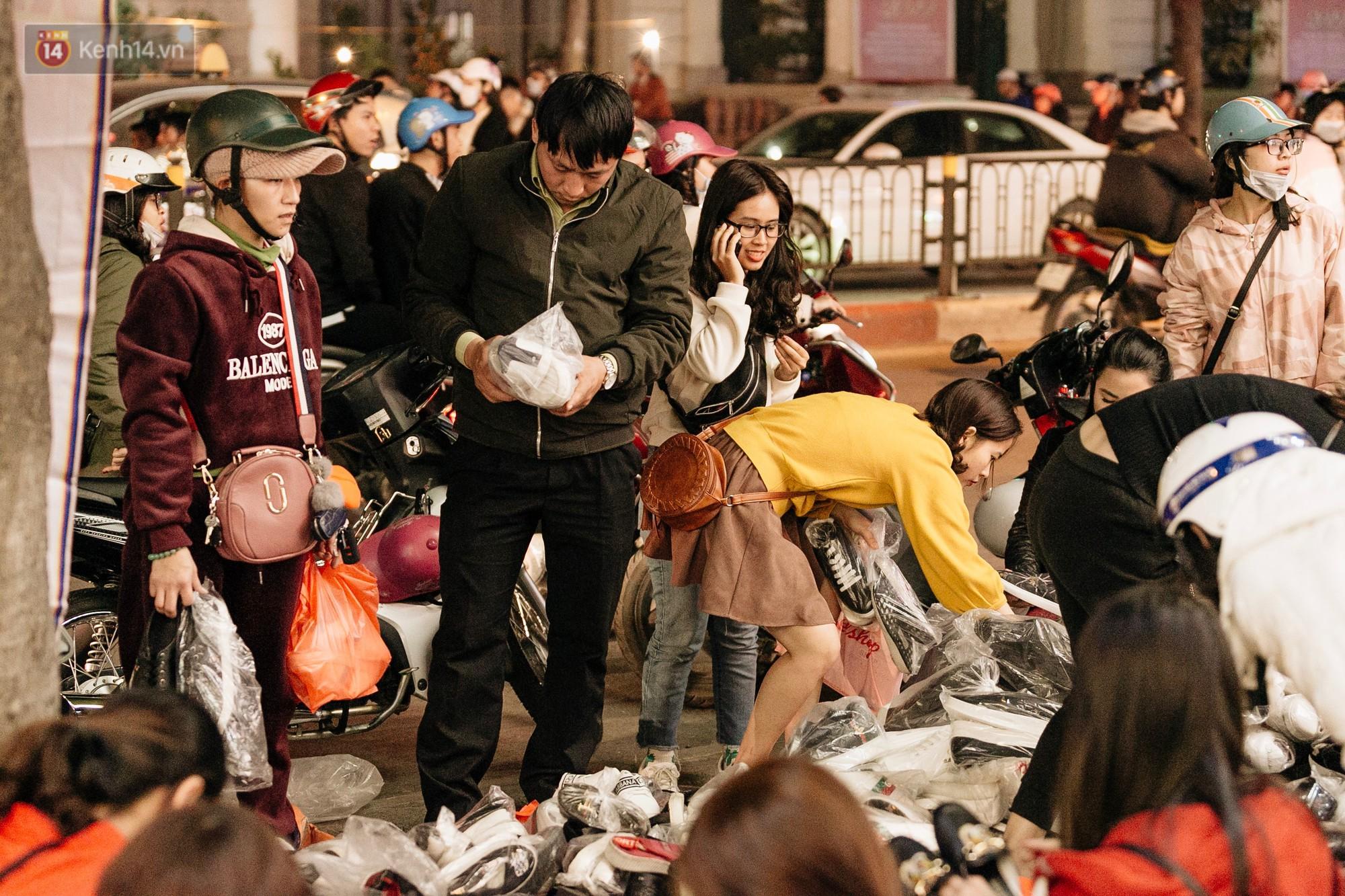 Vỉa hè Hà Nội trở thành chợ thời trang, trẻ em ngồi thùng xếp phụ bố mẹ bán hàng ngày cận Tết - Ảnh 14.