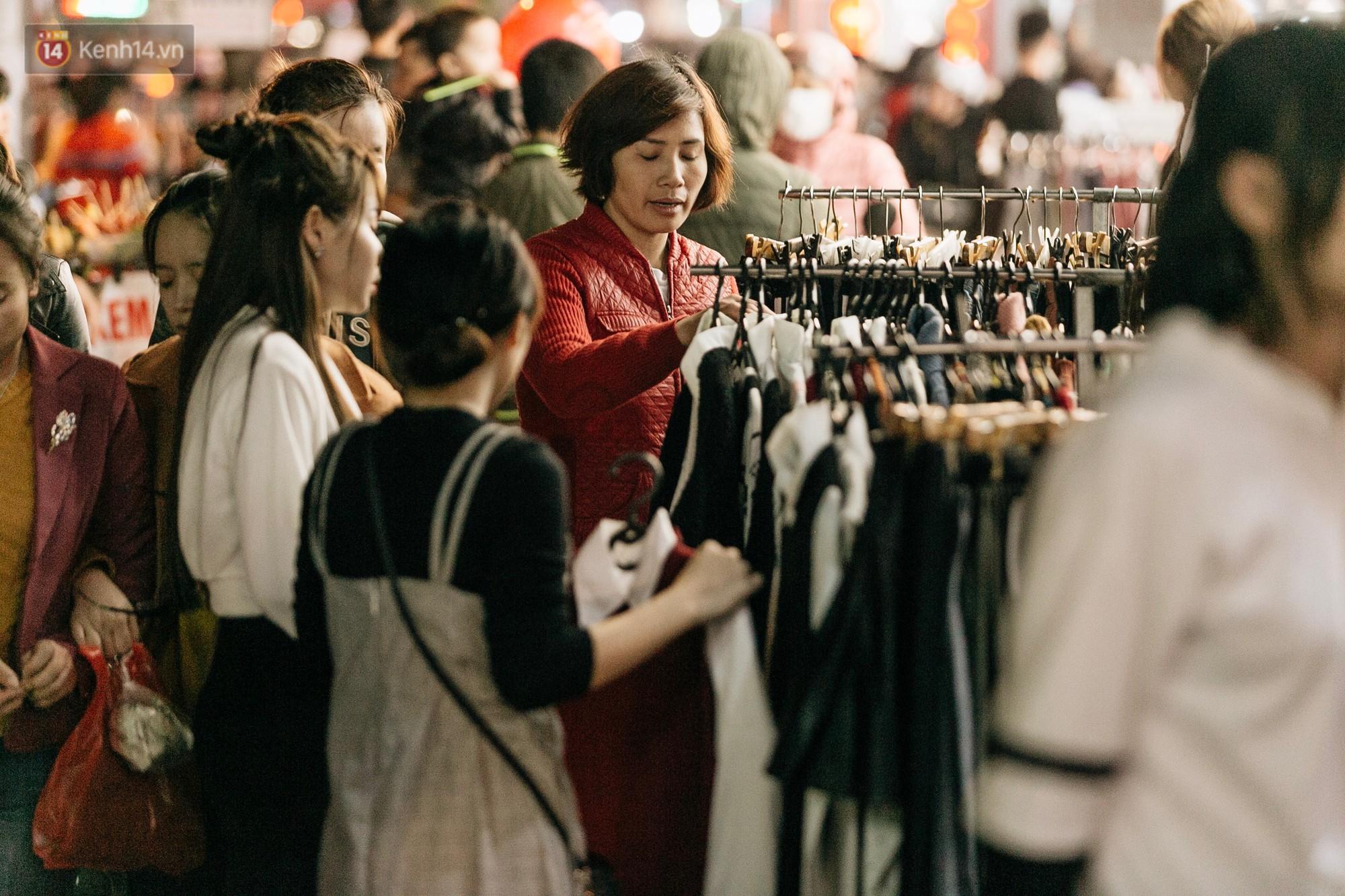 Vỉa hè Hà Nội trở thành chợ thời trang, trẻ em ngồi thùng xếp phụ bố mẹ bán hàng ngày cận Tết - Ảnh 7.