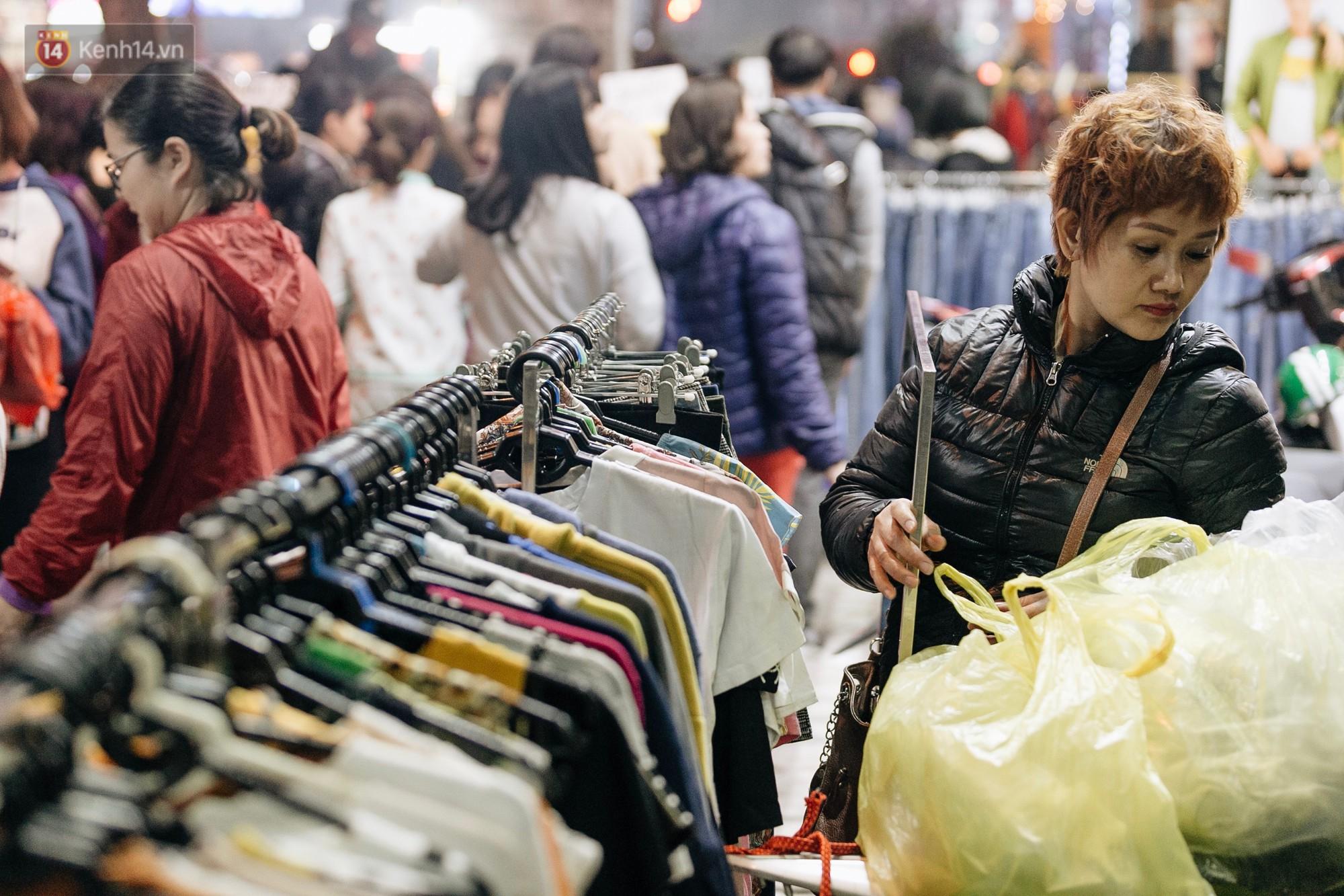 Vỉa hè Hà Nội trở thành chợ thời trang, trẻ em ngồi thùng xếp phụ bố mẹ bán hàng ngày cận Tết - Ảnh 10.