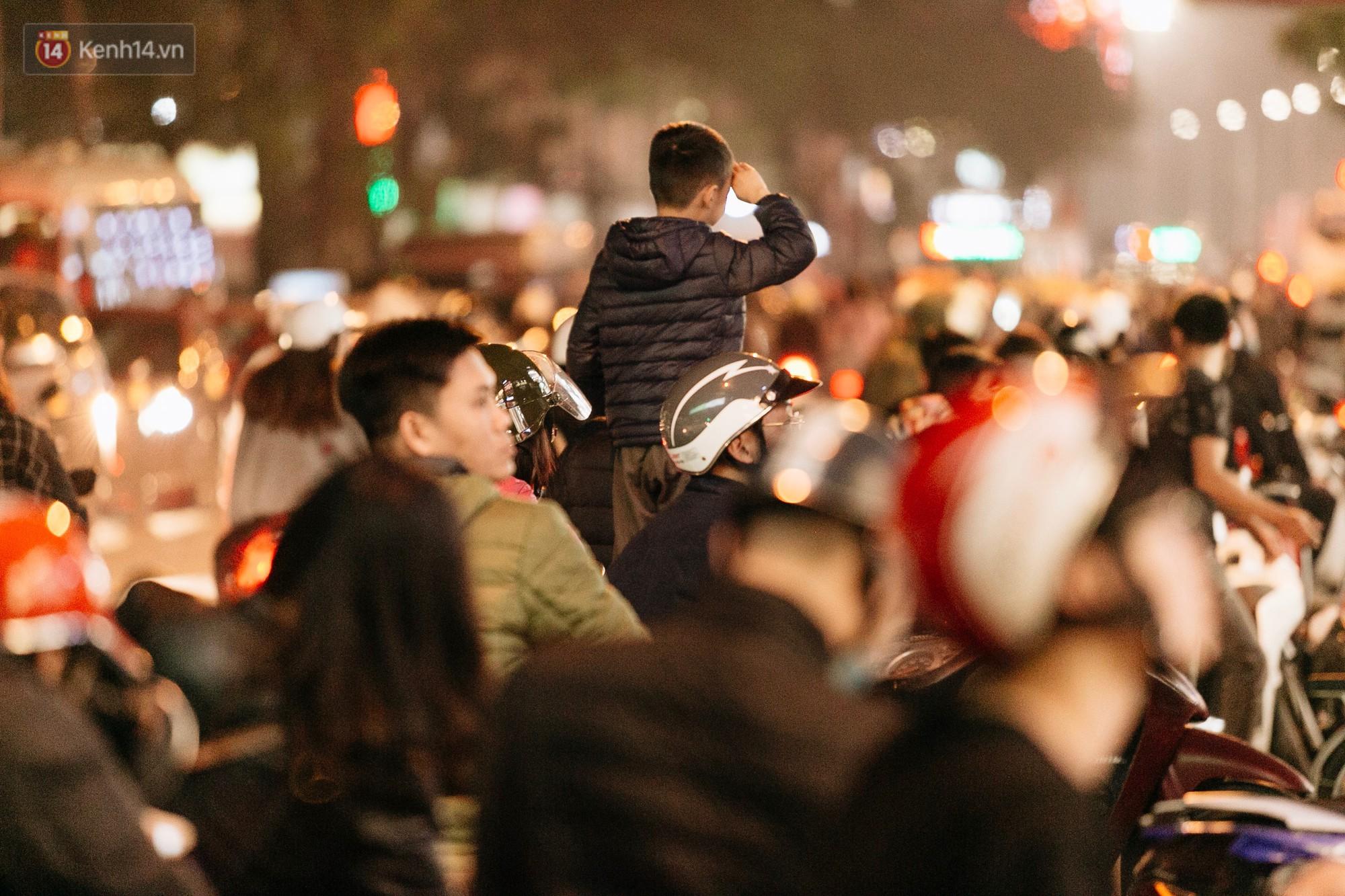 Vỉa hè Hà Nội trở thành chợ thời trang, trẻ em ngồi thùng xếp phụ bố mẹ bán hàng ngày cận Tết - Ảnh 12.