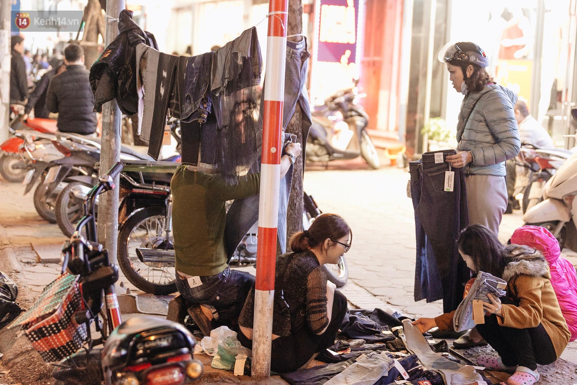 Vỉa hè Hà Nội trở thành chợ thời trang, trẻ em ngồi thùng xếp phụ bố mẹ bán hàng ngày cận Tết - Ảnh 15.