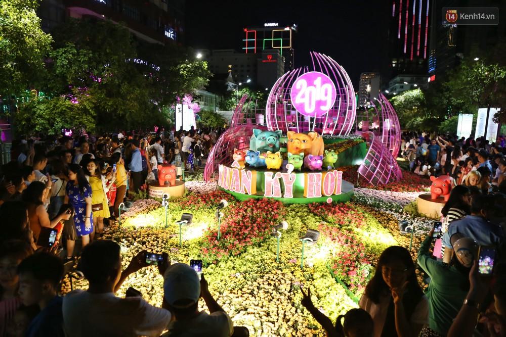 Đường hoa Nguyễn Huệ rực rỡ trong đêm khai mạc, hàng ngàn người chen nhau vào du xuân - Ảnh 2.