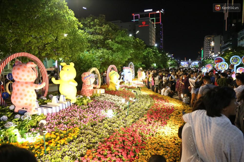 Đường hoa Nguyễn Huệ rực rỡ trong đêm khai mạc, hàng ngàn người chen nhau vào du xuân - Ảnh 18.