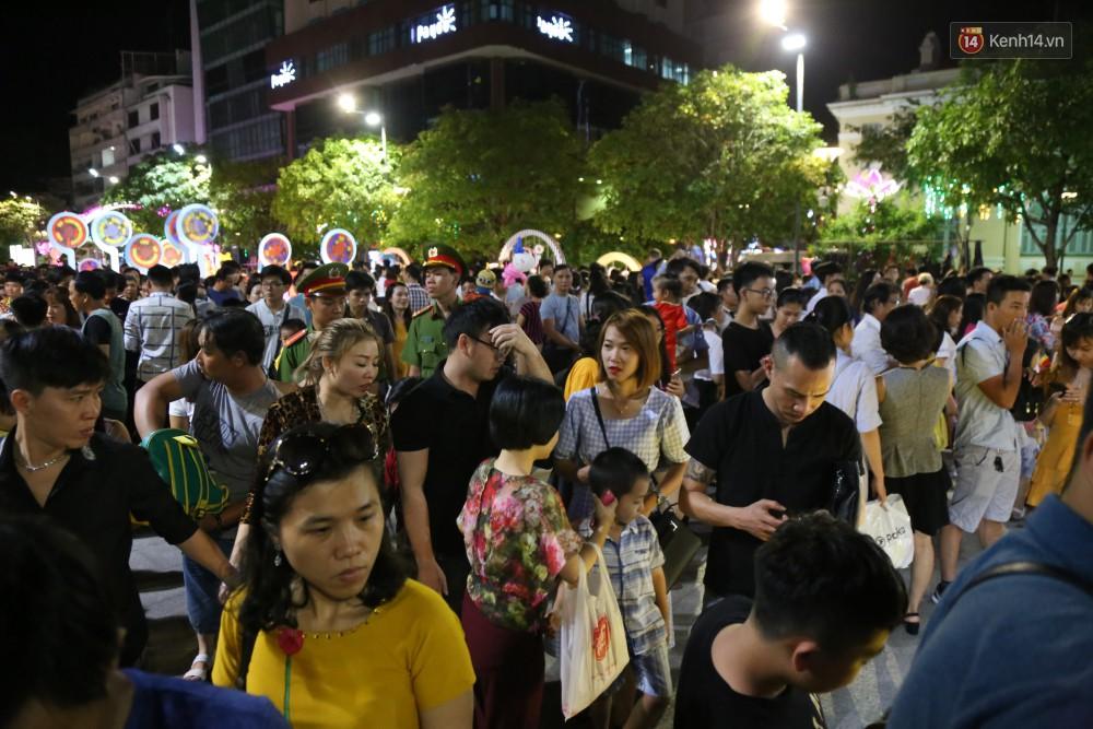 Đường hoa Nguyễn Huệ rực rỡ trong đêm khai mạc, hàng ngàn người chen nhau vào du xuân - Ảnh 7.