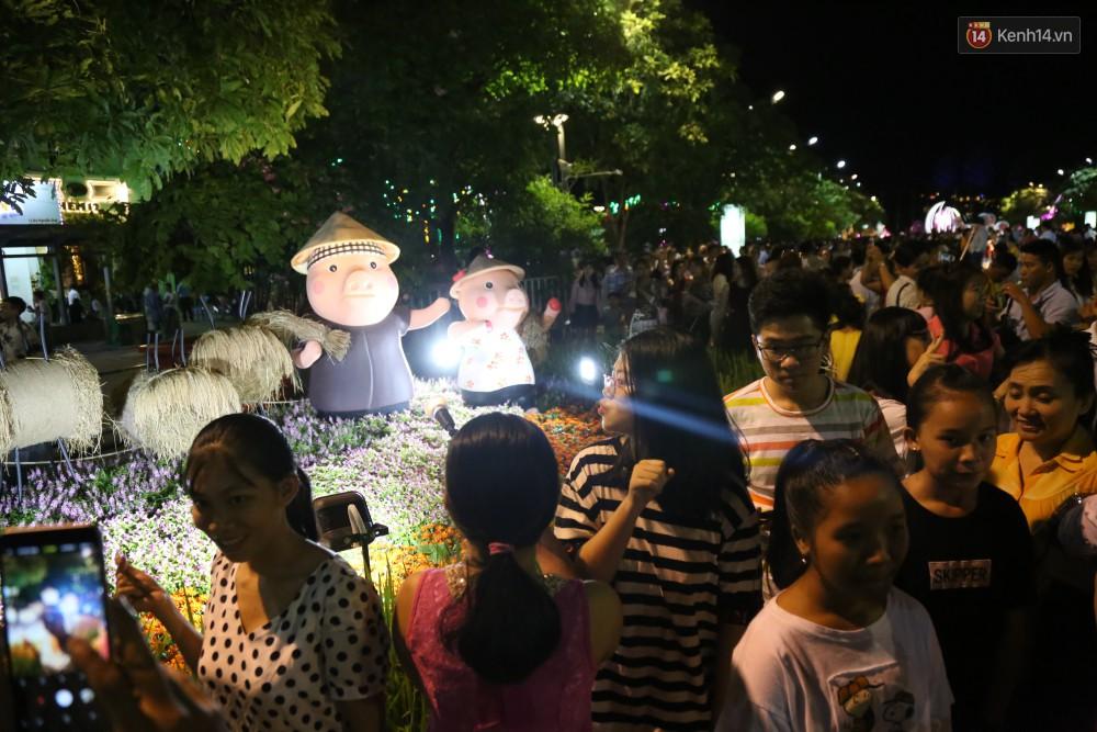 Đường hoa Nguyễn Huệ rực rỡ trong đêm khai mạc, hàng ngàn người chen nhau vào du xuân - Ảnh 16.