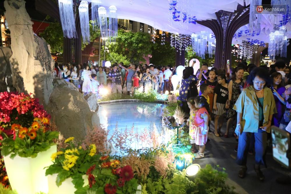 Đường hoa Nguyễn Huệ rực rỡ trong đêm khai mạc, hàng ngàn người chen nhau vào du xuân - Ảnh 14.