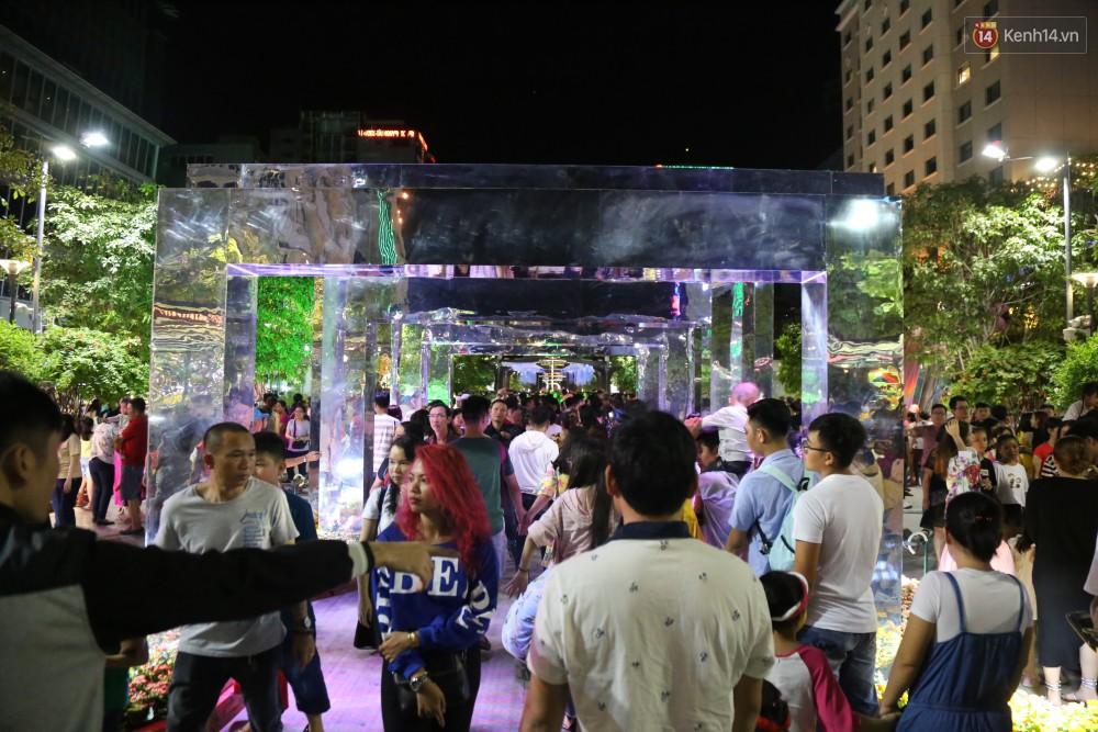 Đường hoa Nguyễn Huệ rực rỡ trong đêm khai mạc, hàng ngàn người chen nhau vào du xuân - Ảnh 8.