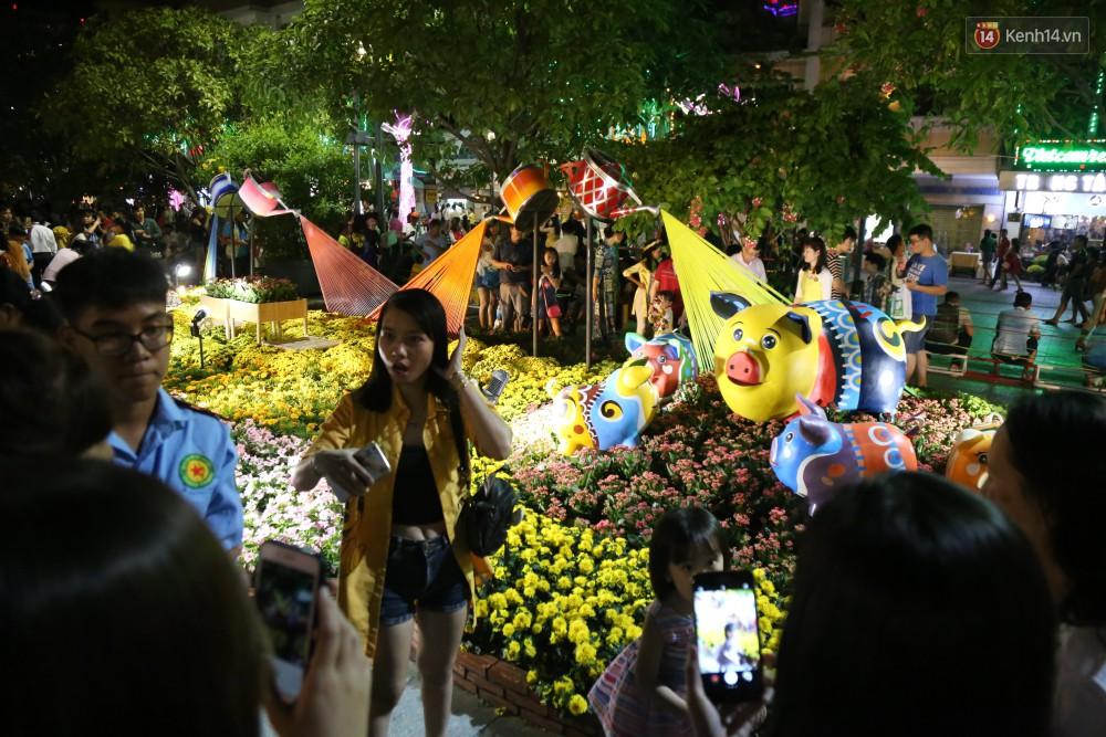 Đường hoa Nguyễn Huệ rực rỡ trong đêm khai mạc, hàng ngàn người chen nhau vào du xuân - Ảnh 13.