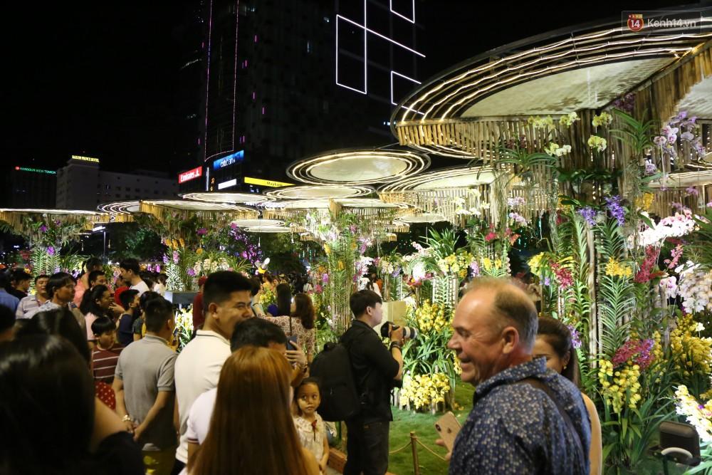 Đường hoa Nguyễn Huệ rực rỡ trong đêm khai mạc, hàng ngàn người chen nhau vào du xuân - Ảnh 12.