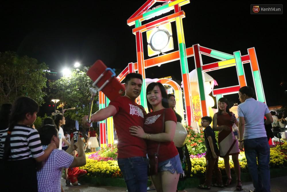 Đường hoa Nguyễn Huệ rực rỡ trong đêm khai mạc, hàng ngàn người chen nhau vào du xuân - Ảnh 6.