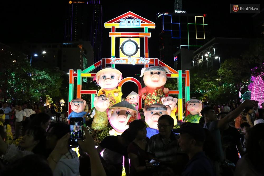 Đường hoa Nguyễn Huệ rực rỡ trong đêm khai mạc, hàng ngàn người chen nhau vào du xuân - Ảnh 4.