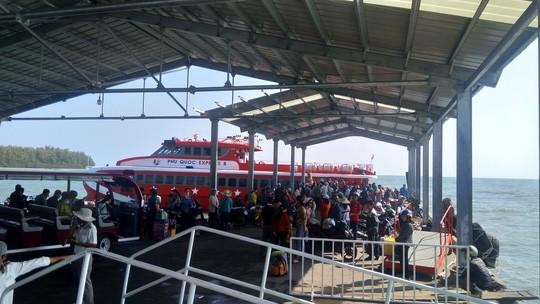 Người lao động chen chân xuống tàu cao tốc, rời đảo Phú Quốc - Ảnh 2.