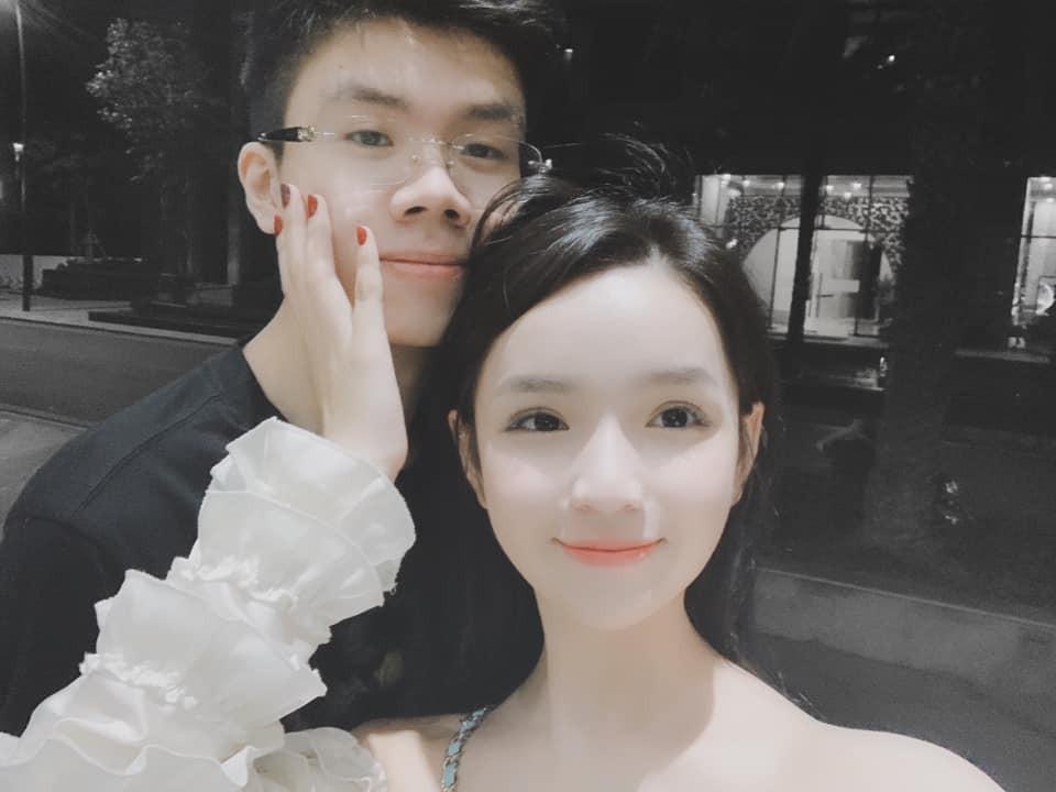 Style pose ảnh ruột của thiếu gia Phan Hoàng và bạn gái: Không tạo dáng trước siêu xe thì cũng check-in ở nhà hàng sang chảnh - Ảnh 1.