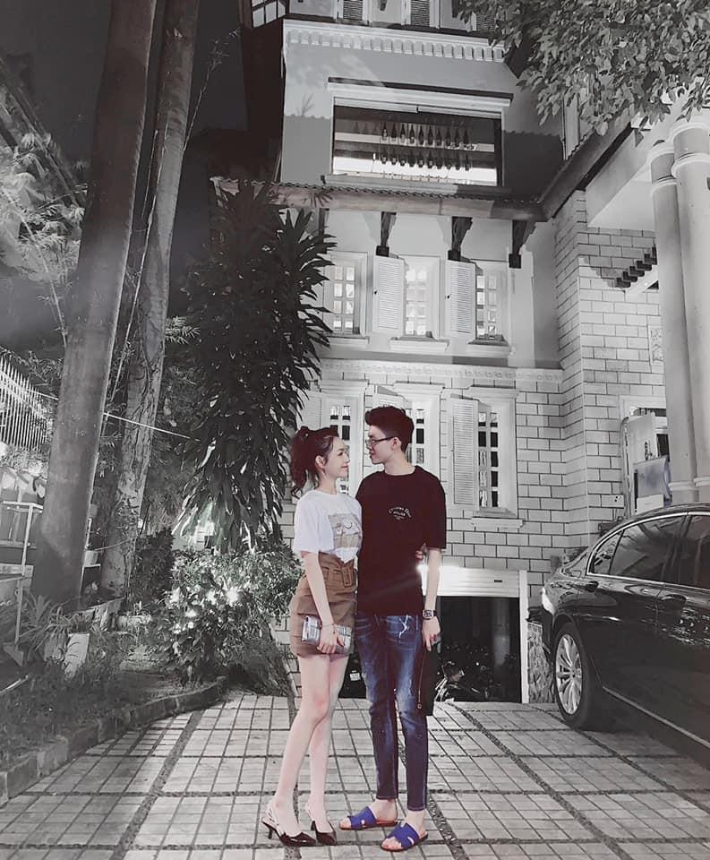 Style pose ảnh ruột của thiếu gia Phan Hoàng và bạn gái: Không tạo dáng trước siêu xe thì cũng check-in ở nhà hàng sang chảnh - Ảnh 4.