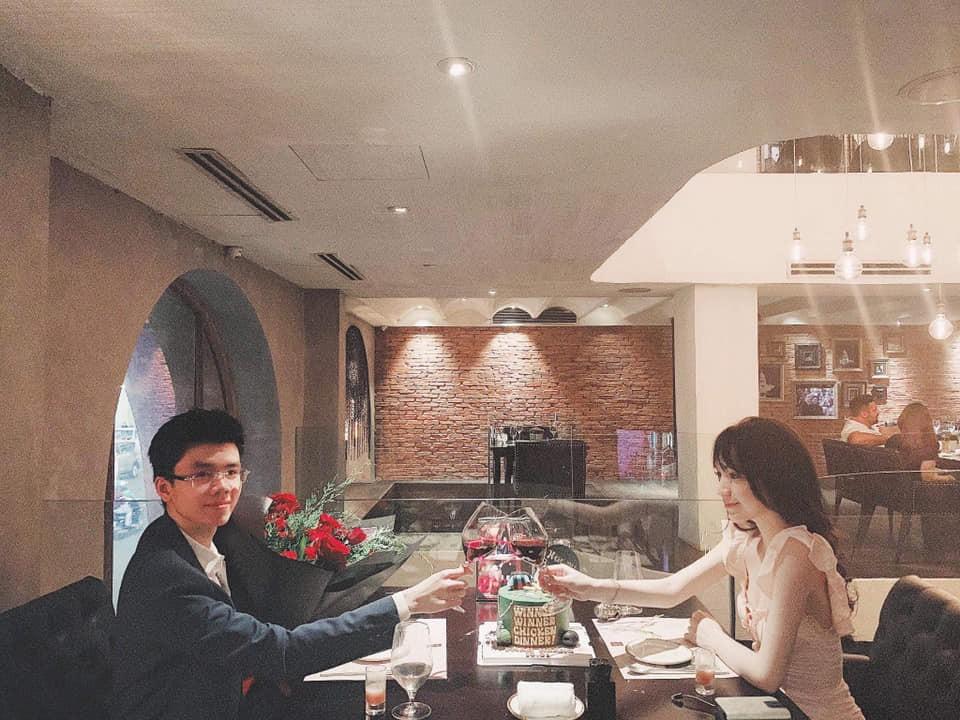 Style pose ảnh ruột của thiếu gia Phan Hoàng và bạn gái: Không tạo dáng trước siêu xe thì cũng check-in ở nhà hàng sang chảnh - Ảnh 7.
