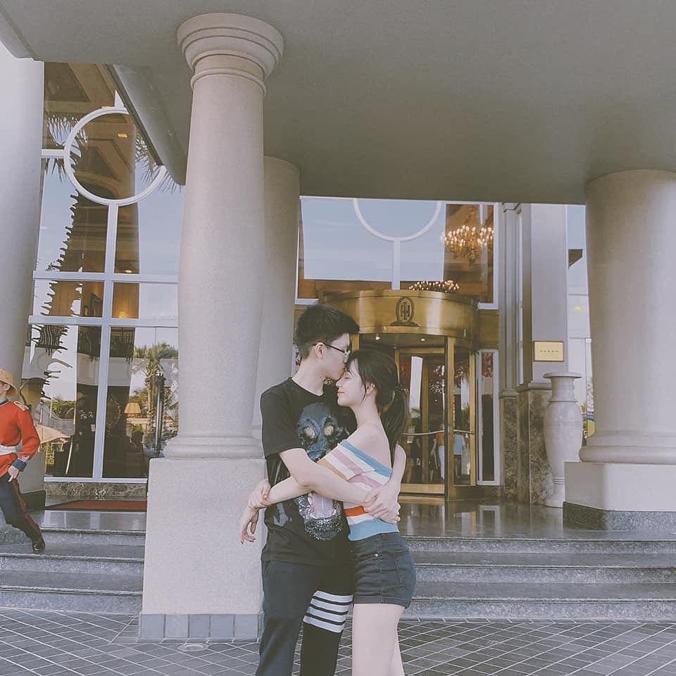 Style pose ảnh ruột của thiếu gia Phan Hoàng và bạn gái: Không tạo dáng trước siêu xe thì cũng check-in ở nhà hàng sang chảnh - Ảnh 2.
