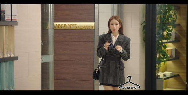 Trở thành thư ký của Lee Dong Wook, Yoo In Na mặc đẹp và sang chảnh tới mức biến công sở thành sàn diễn trong Chạm vào tim em - Ảnh 4.