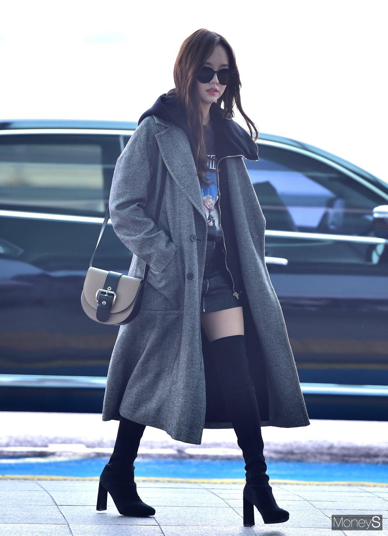 Đi sân bay thôi mà hot đến tận hôm nay, Kim So Hyun đang khiến dân tình bấn loạn vì đôi chân cực phẩm - Ảnh 1.