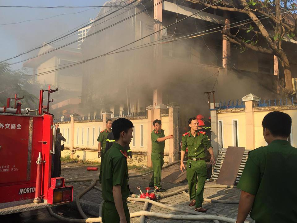 Cháy nhà kho bên trong trường tiểu học ở Đà Nẵng, hàng trăm học sinh hoảng loạn sơ tán - Ảnh 10.