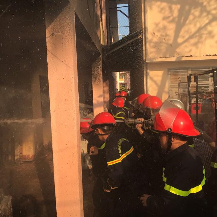 Cháy nhà kho bên trong trường tiểu học ở Đà Nẵng, hàng trăm học sinh hoảng loạn sơ tán - Ảnh 9.