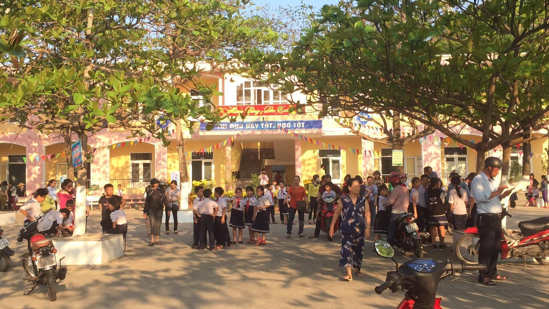 Cháy nhà kho bên trong trường tiểu học ở Đà Nẵng, hàng trăm học sinh hoảng loạn sơ tán - Ảnh 11.