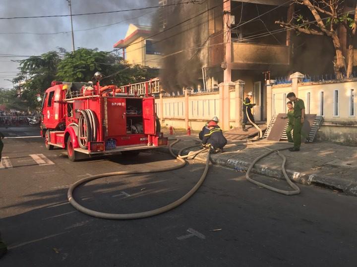 Cháy nhà kho bên trong trường tiểu học ở Đà Nẵng, hàng trăm học sinh hoảng loạn sơ tán - Ảnh 6.