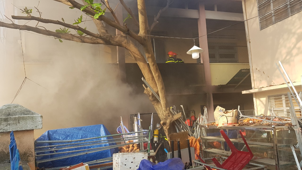 Cháy nhà kho bên trong trường tiểu học ở Đà Nẵng, hàng trăm học sinh hoảng loạn sơ tán - Ảnh 3.