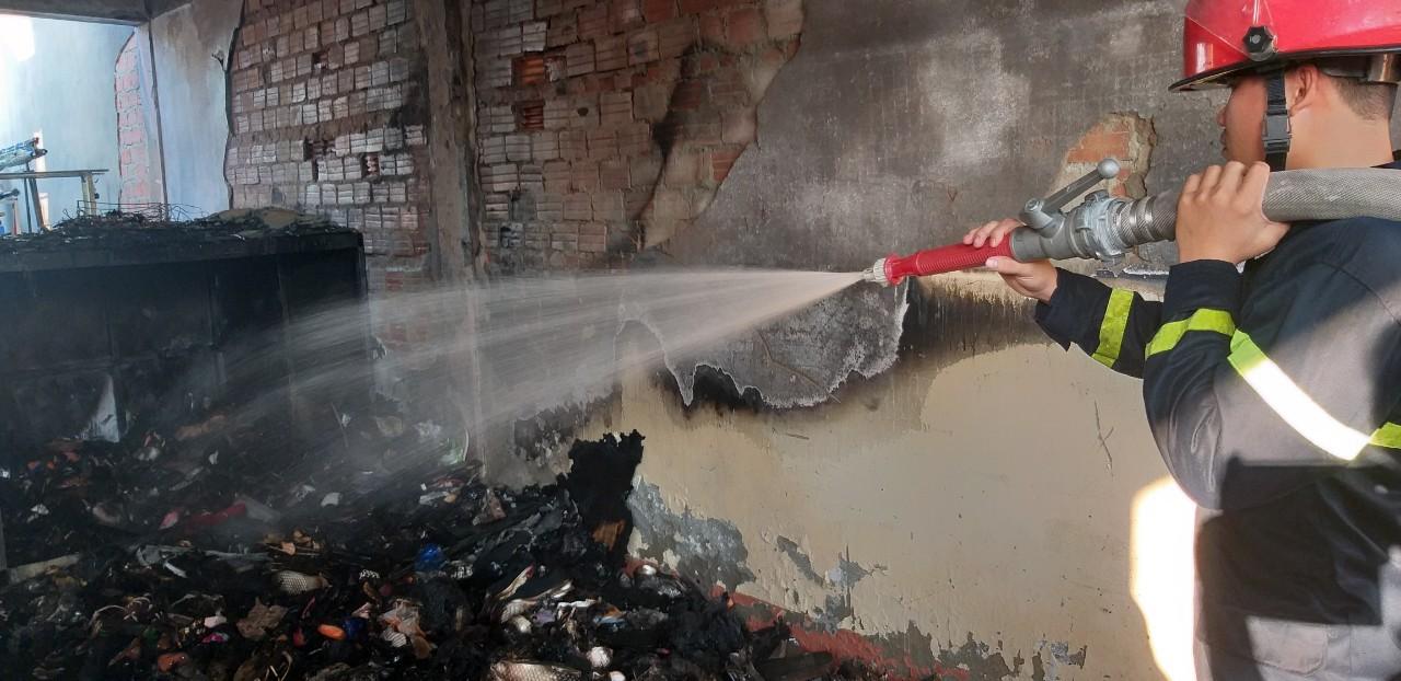 Cháy nhà kho bên trong trường tiểu học ở Đà Nẵng, hàng trăm học sinh hoảng loạn sơ tán - Ảnh 5.