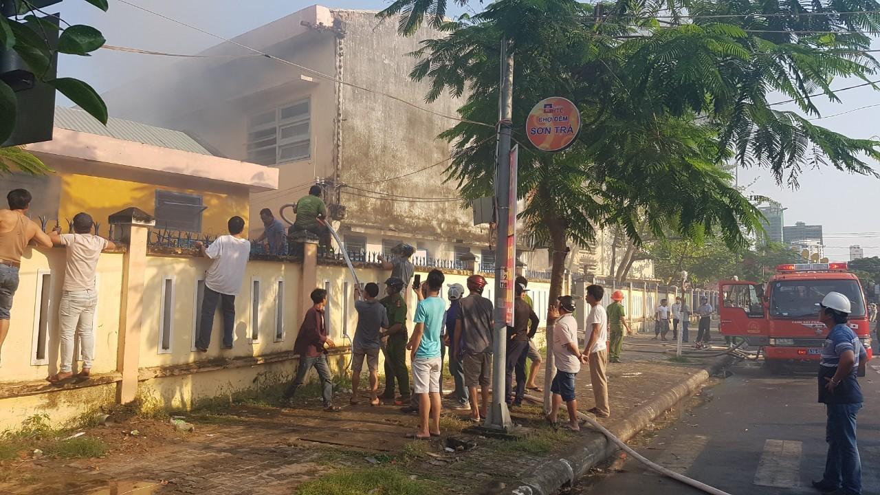 Cháy nhà kho bên trong trường tiểu học ở Đà Nẵng, hàng trăm học sinh hoảng loạn sơ tán - Ảnh 4.