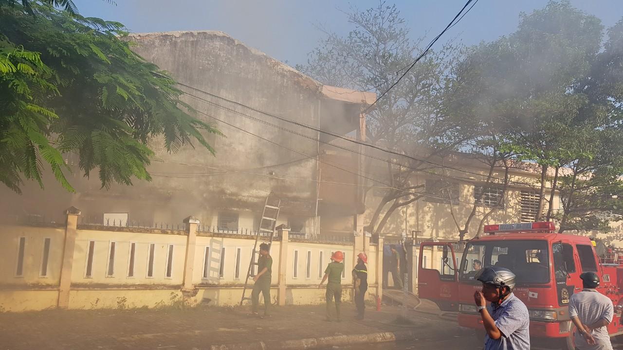 Cháy nhà kho bên trong trường tiểu học ở Đà Nẵng, hàng trăm học sinh hoảng loạn sơ tán - Ảnh 7.