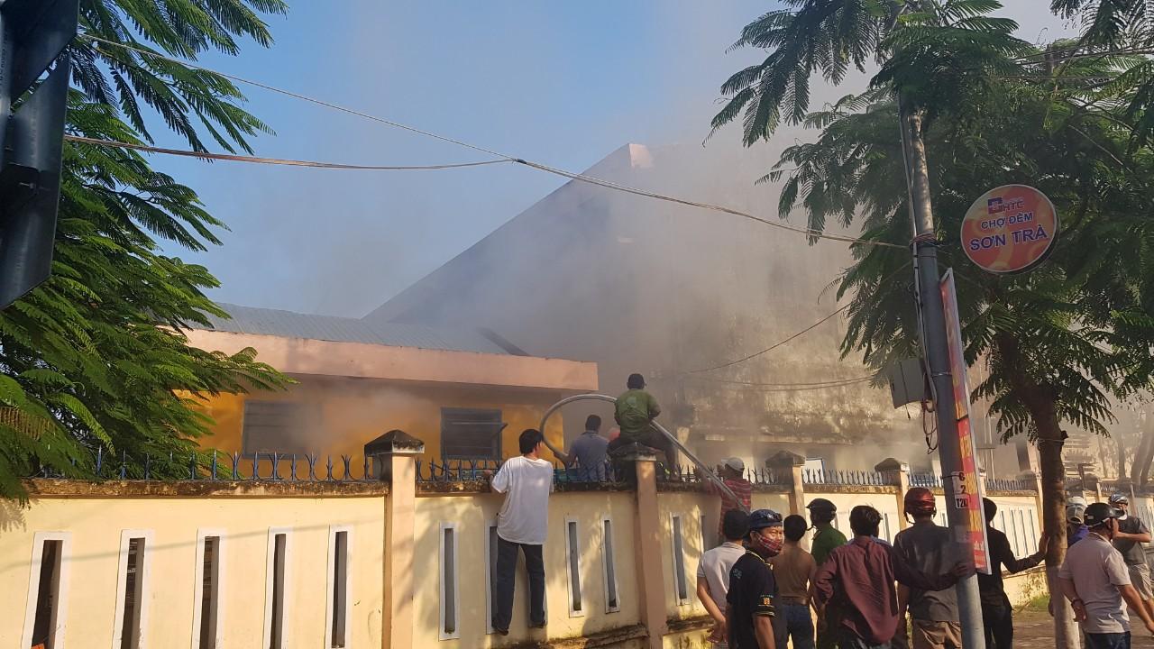 Cháy nhà kho bên trong trường tiểu học ở Đà Nẵng, hàng trăm học sinh hoảng loạn sơ tán - Ảnh 2.