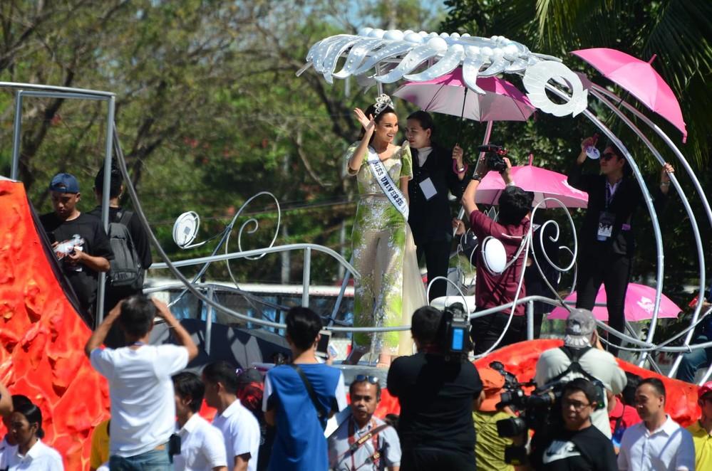 Catriona Gray đẹp tựa nữ thần trong ngày về nước, được 5 triệu người dân Philippines xuống đường chào đón - Ảnh 1.