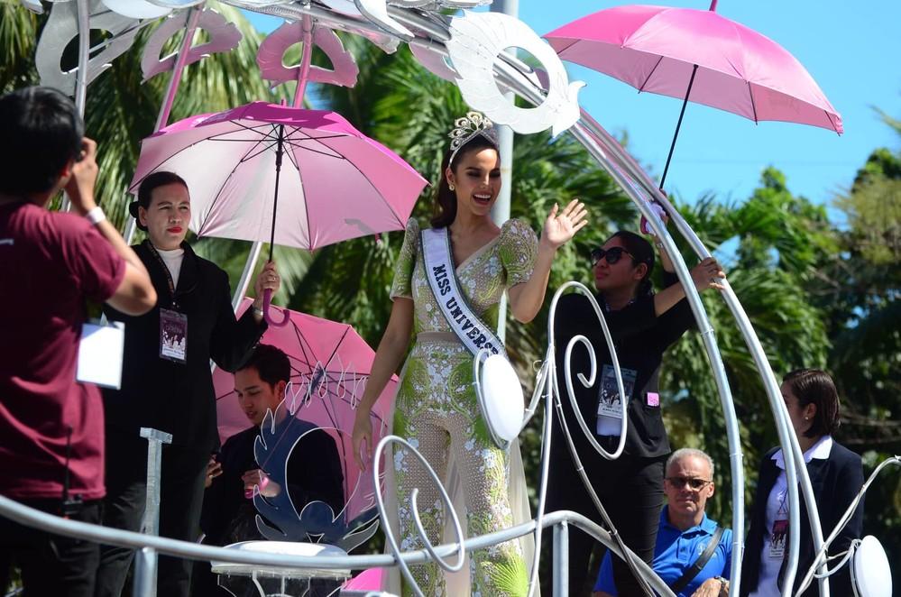 Catriona Gray đẹp tựa nữ thần trong ngày về nước, được 5 triệu người dân Philippines xuống đường chào đón - Ảnh 2.