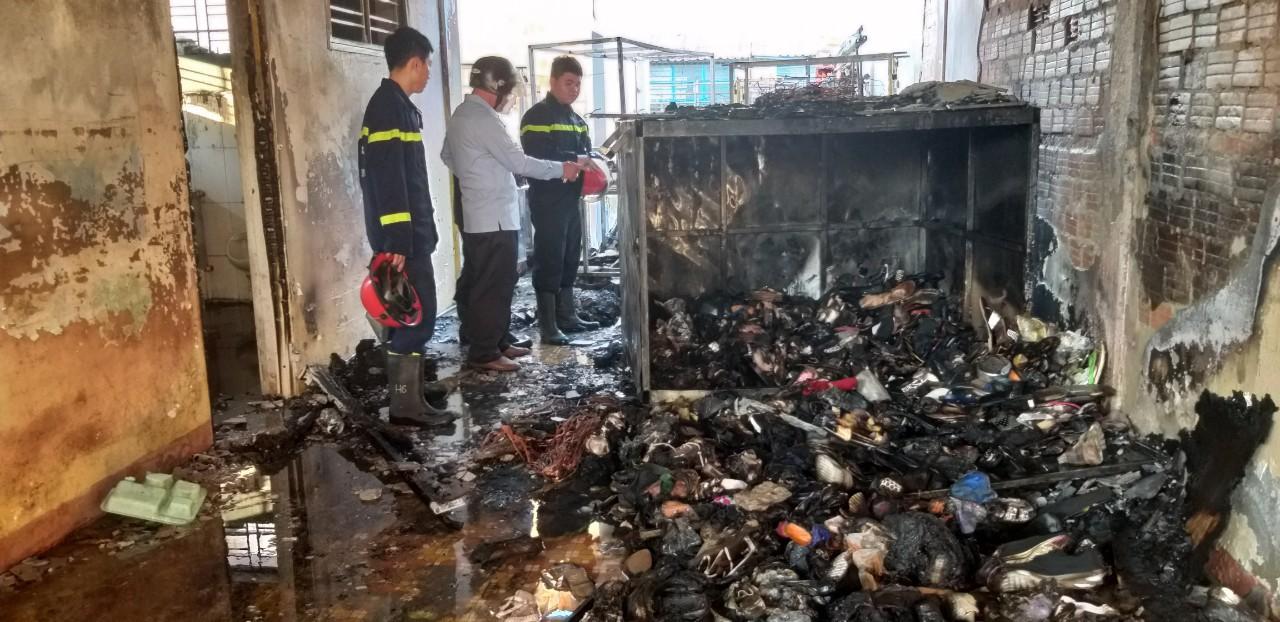 Cháy nhà kho bên trong trường tiểu học ở Đà Nẵng, hàng trăm học sinh hoảng loạn sơ tán - Ảnh 12.
