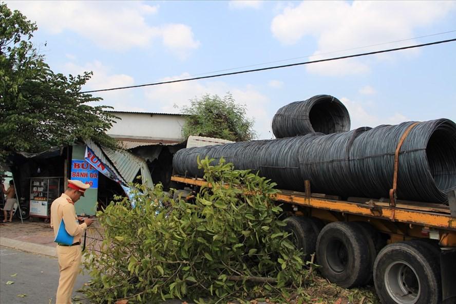 Xe container chở thép tông sập quán bán bún cá rô giữa trưa - Ảnh 1.