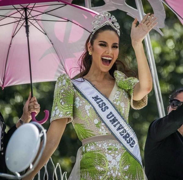Catriona Gray đẹp tựa nữ thần trong ngày về nước, được 5 triệu người dân Philippines xuống đường chào đón - Ảnh 6.