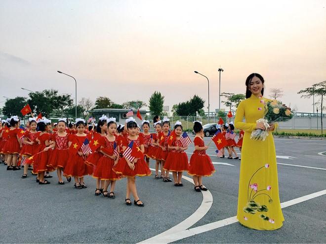 Những nữ sinh vừa xinh vừa giỏi từng gây sốt khi được tặng hoa cho Tổng thống, Thủ tướng các quốc gia đến thăm Việt Nam - Ảnh 1.