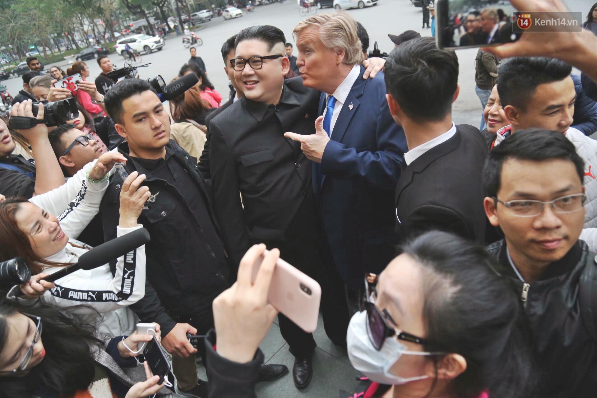 Bản sao của ông Kim Jong-un và Donald Trump bất ngờ xuất hiện tại Hà Nội, bị người dân và phóng viên vây kín - Ảnh 6.