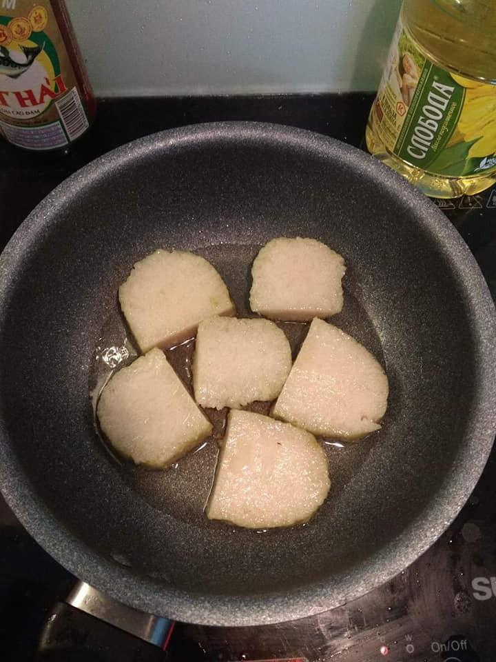 Chỉ thích ăn vỏ bánh chưng, cô gái gói nguyên một cái to đùng không nhân ăn cho bõ - Ảnh 2.