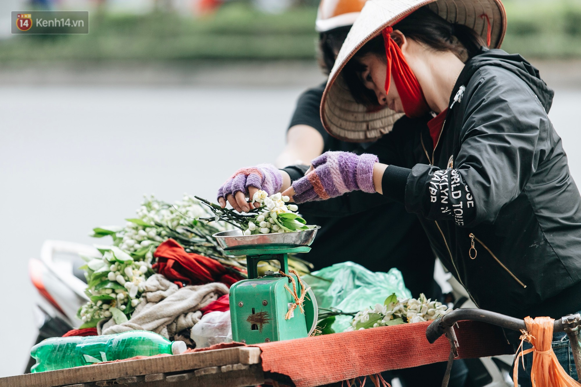 Hoa bưởi tháng 2 theo gió xuống phố Hà Nội, giá lên đến 300.000 đồng/kg vẫn cháy hàng - Ảnh 3.