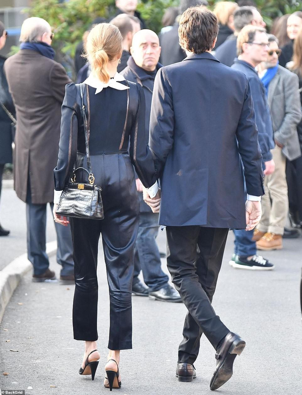 Lễ hỏa táng của huyền thoại Karl Lagerfeld: Công chúa Monaco, tổng biên tạp chí Vogue cùng dàn siêu mẫu đến tiễn đưa - Ảnh 9.