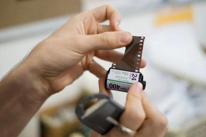Cận cảnh quá trình tráng rửa và scan ảnh film 35mm tại các phòng lab, nhìn xong mới thấy trầm trồ - Ảnh 4.