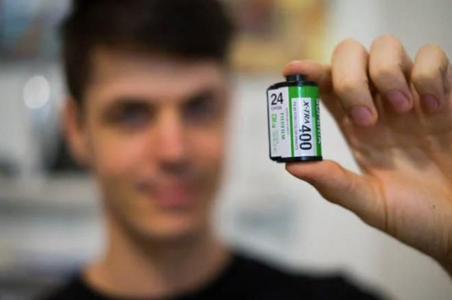 Cận cảnh quá trình tráng rửa và scan ảnh film 35mm tại các phòng lab, nhìn xong mới thấy trầm trồ - Ảnh 2.
